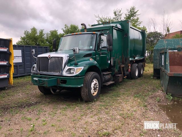 2003 International 7400 Waste Collection Truck in Muskego