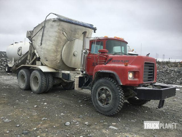 2004 (unverified) Mack DM688SX T/A Agitator Truck