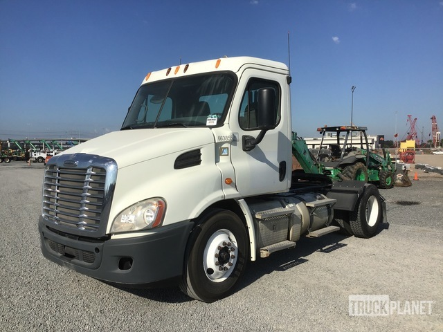 2013 Freightliner Cascadia 113 4x2 S/A Day Cab Truck Tractor, Truck Tractor (S/A)