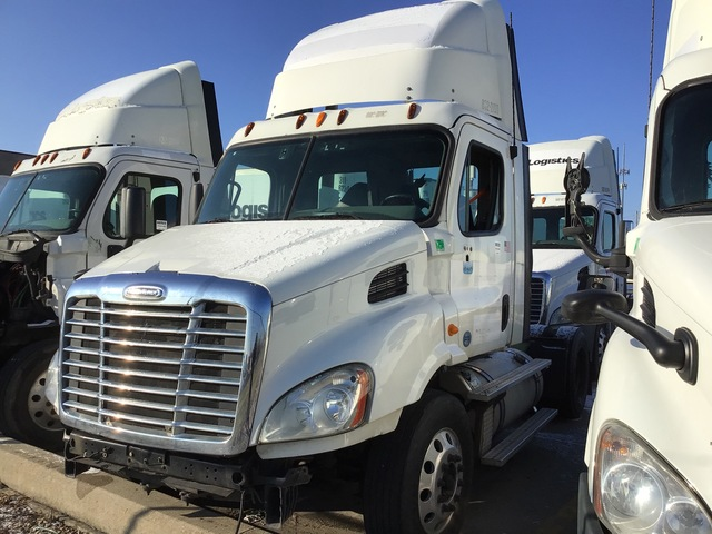 2013 Freightliner Cascadia 113 4x2 S/A Day Cab Truck Tractor